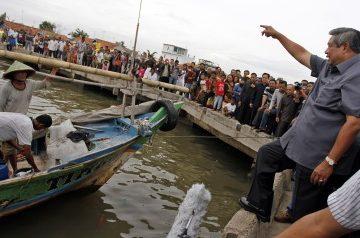 SBY Bagi Rp100 Juta untuk Nelayan Tanjung Pasir