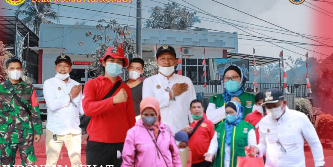 Kepala Desa Pasir Barat bersama dengan BIN melakukan Vaksinasi door to door di desa pasir barat